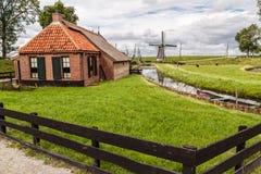 Cabaña y molino de viento holandeses viejos fotografía de archivo libre de regalías