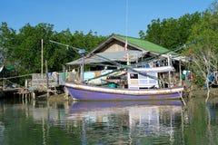 Cabaña y un barco de navegación tradicional de los fishermen's Fotografía de archivo