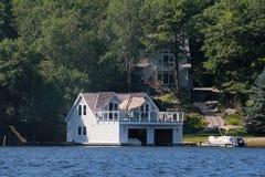 Cabaña y un boathouse imágenes de archivo libres de regalías