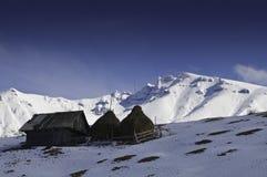Cabañas aisladas en las montañas en invierno Foto de archivo libre de regalías