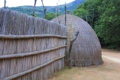 Cabañas cubiertas con paja africanas típicas Imágenes de archivo libres de regalías