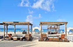 Cabañas de la playa en una playa arenosa blanca Fotografía de archivo