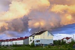 Cabañas debajo del cielo nublado Imágenes de archivo libres de regalías