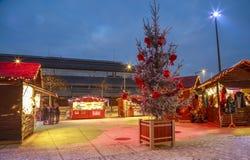 Cabañas del ` s del artesano con iluminaciones de la Navidad alrededor en la plaza principal del NIO céntrico Imágenes de archivo libres de regalías