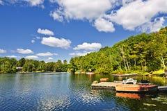 Cabañas en el lago con los muelles Fotos de archivo