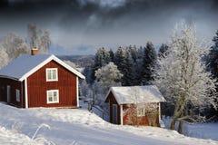 Cabañas en la estación nevosa del invierno Fotos de archivo libres de regalías
