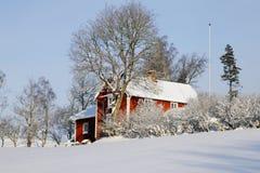 Cabañas en la estación nevosa del invierno Fotografía de archivo