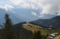 Cabañas en la ladera de la montaña Fotos de archivo libres de regalías