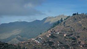 Cabañas en la ladera en Suramérica almacen de metraje de vídeo