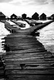 Cabañas en la orilla de un lago Imágenes de archivo libres de regalías