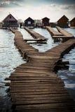 Cabañas en la orilla de un lago Fotografía de archivo