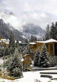 Cabañas en montañas del invierno Foto de archivo