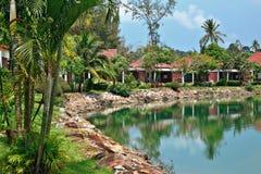 Cabañas en un jardín tropical Fotos de archivo libres de regalías