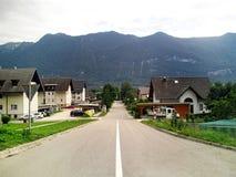 Cabañas en un pequeño nearl Bovec, Eslovenia del pueblo Imagenes de archivo