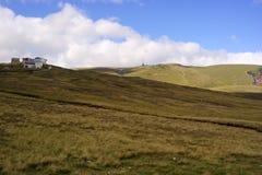 Cabañas encima de las montañas Foto de archivo