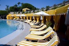 Cabañas laterales de la piscina en el centro turístico de lujo Fotografía de archivo