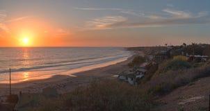 Cabañas a lo largo de Crystal Cove Beach en la puesta del sol Foto de archivo