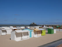Cabañas o chozas blancas de la playa en una playa arenosa Fotografía de archivo libre de regalías