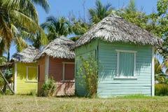 Cabañas o soportes tropicales coloridos Fotos de archivo