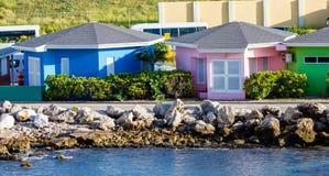 Cabañas rosadas y verdes azules Imagen de archivo libre de regalías