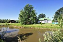 Cabañas rurales por el río Imagen de archivo