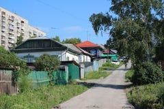 Cabañas siberianas de la calle de la ciudad de Rusia en la propiedad privada del desarrollo rural del pueblo foto de archivo