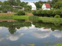 Cabañas y lago Fotografía de archivo