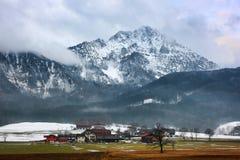 Cabañas y pico nevoso Imagen de archivo libre de regalías