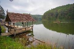 Cabaña de bambú que flota en Pang Oung Foto de archivo libre de regalías
