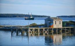 Cabaña escénica de la pesca en Maine Imagen de archivo libre de regalías