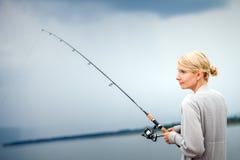 Caballa de la pesca de la mujer joven en vacaciones Fotos de archivo libres de regalías