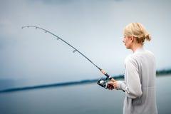 Caballa de la pesca de la mujer joven en vacaciones Fotos de archivo