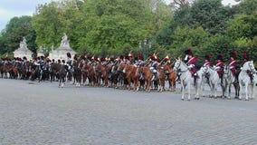 Caballería belga en el desfile, jinetes reales del caballo del uniforme de la tradición metrajes
