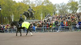 Caballería metropolitana de la policía de los miembros de servicio en los guardias de caballo en Londres almacen de metraje de vídeo