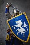 Caballero con atacar de la espada y del blindaje Fotos de archivo libres de regalías