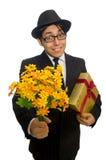 Caballero con la caja y las flores de regalo aisladas encendido Foto de archivo libre de regalías