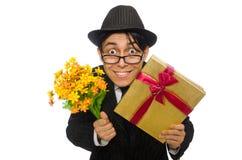 Caballero con la caja y las flores de regalo aisladas encendido Imagenes de archivo