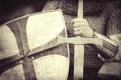 Caballero con la espada y el escudo imagen de archivo