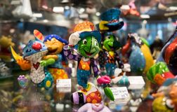caballero divertido de la rana verde del recuerdo en venta en la tienda de regalo en Annecy francia fotos de archivo