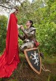 Caballero en armadura y criada Imagen de archivo