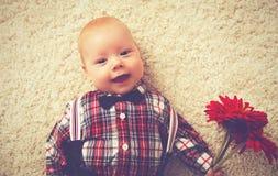 Caballero feliz del bebé con la flor Foto de archivo libre de regalías