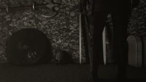 Caballero medieval Choosing una espada stock de ilustración