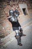 Caballero medieval con la armadura s del metal xiv reenactment Foto de archivo