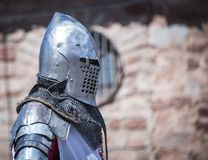 Caballero medieval con la armadura s del metal xiv reenactment Fotografía de archivo