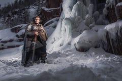 Caballero medieval con la espada en armadura como juego del estilo del trono Imágenes de archivo libres de regalías