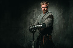 Caballero medieval con la espada y la armadura Foto de archivo libre de regalías