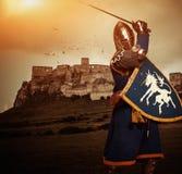 Caballero medieval contra castillo imagen de archivo libre de regalías