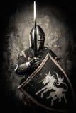 Caballero medieval en armadura llena Foto de archivo libre de regalías