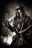 Caballero medieval en armadura llena Imagenes de archivo