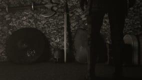 Caballero medieval Standing delante de una armadura llena ilustración del vector